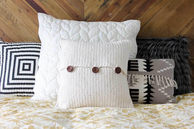 Crochet Pillow: A dazzling décor piece!