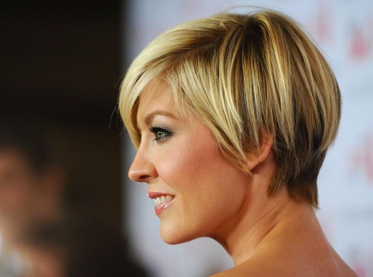 Face-Flattering Short Shingle Haircut for Summer - Jenna Elfman .